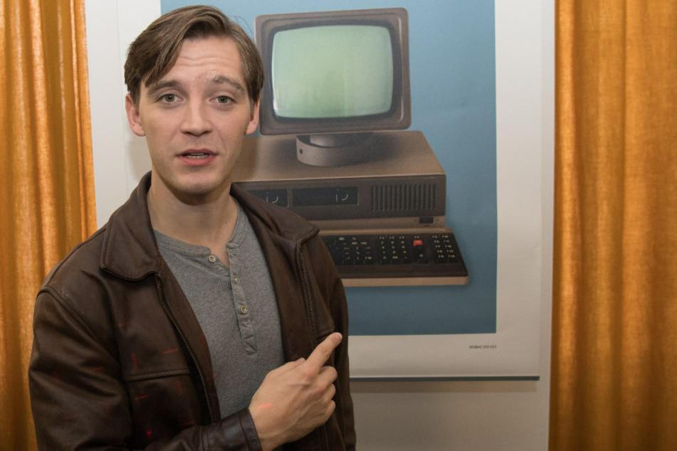 """Jonas Nay (30) spielt die Hauptfigur der Serien-Trilogie. In """"Deutschland 89"""" ist der Agent mit dem Decknamen """"Kolibri"""" mittlerweile alleinerziehender Vater und Angestellter einer DDR-Computerfirma."""