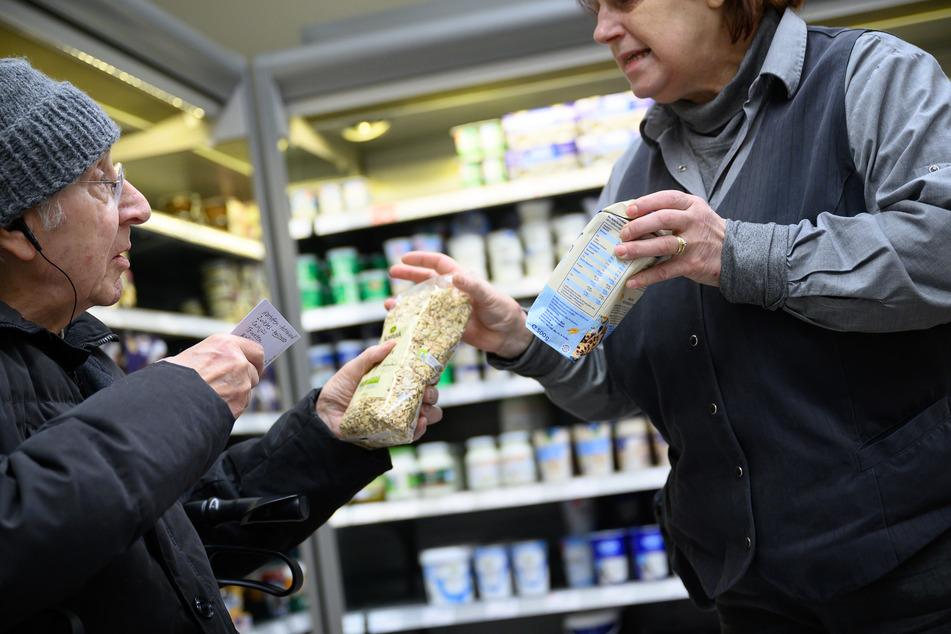 Viele Supermärkte zeigen sich ebenfalls solidarisch und richten Extra-Öffnungszeiten für Senioren und Menschen mit Unterstützungsbedarf ein.
