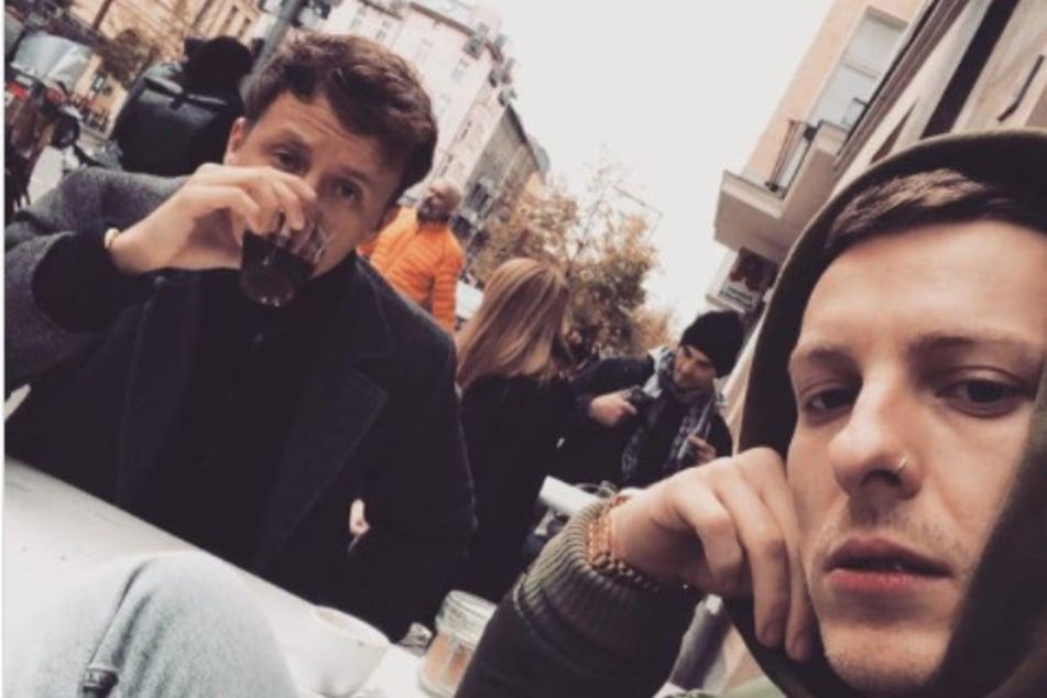 """Tommi Schmitt (31, l) und Felix Lobrecht (31) werden für ihren Podcast """"Gemischtes Hack"""" mit der """"1Live Krone"""" ausgezeichnet."""