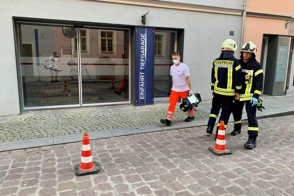Die Einsatzkräfte vor der Tiefgarage in der Pirnaer Altstadt.