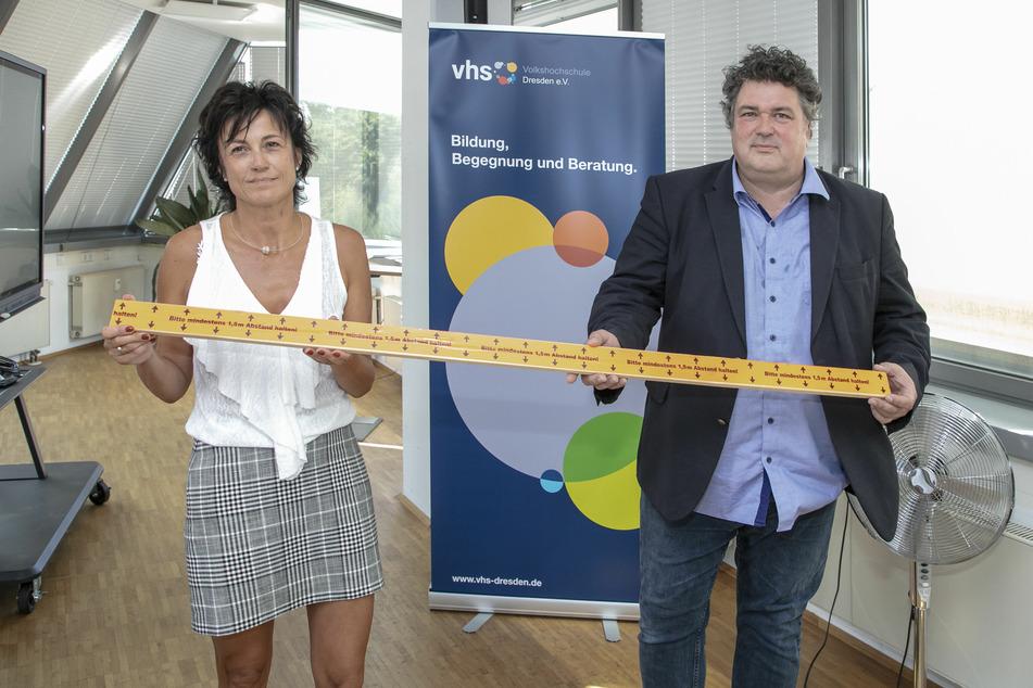 Die stellvertretende VHS-Direktorin Anja Jäpel-Nestler (51) und Direktor Jürgen Küfner (54) setzen weiterhin auf Abstand.