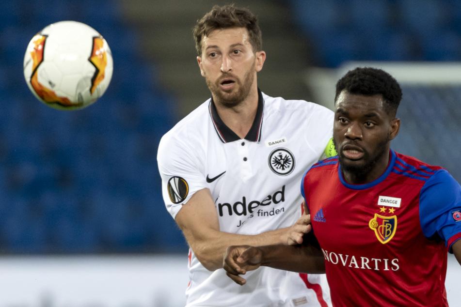 06.08.2020, Schweiz, Basel: Basels Afimico Pululu (r.) und Frankfurts David Abraham kämpfen um den Ball.
