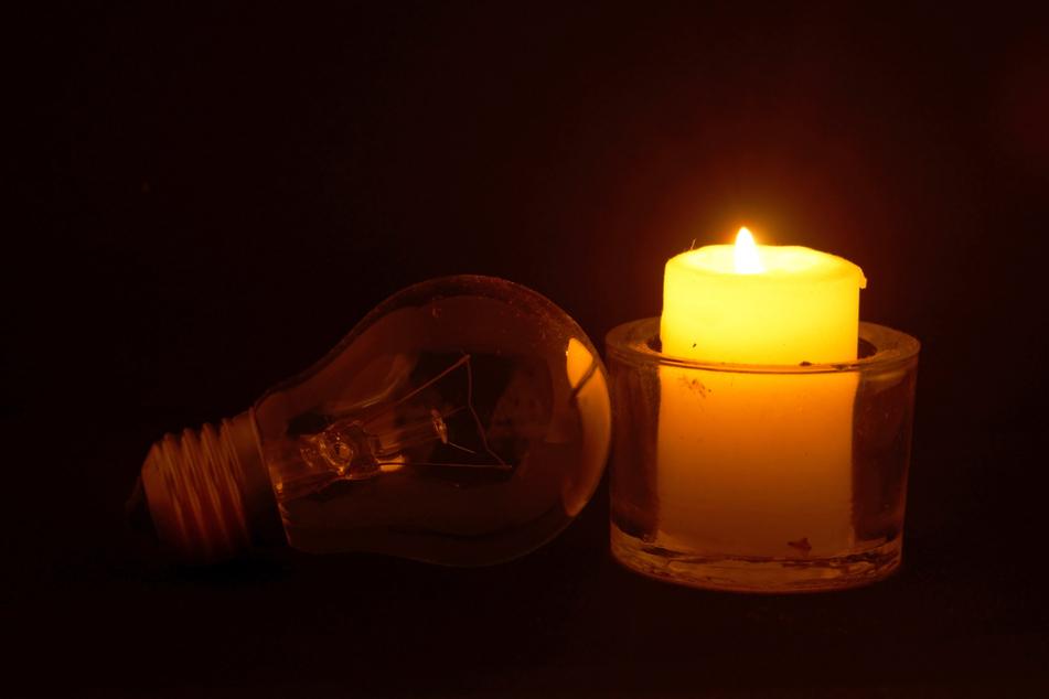 Glühbirnen bringen wenig, wenn der Strom nicht fließt. Zum Glück könnt Ihr jederzeit auf Kerzen, Taschenlampen und Batterien zurückgreifen - sofern Ihr Euch einen entsprechenden Vorrat angelegt habt.