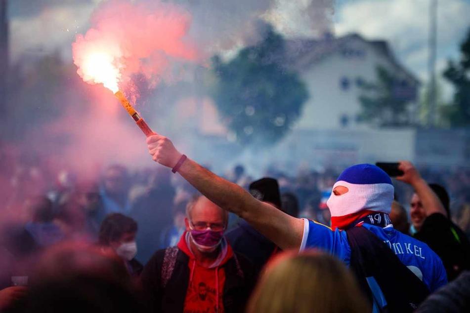 Während des letzten Zweitliga-Spiels hatten sich zahlreiche Anhänger von Holstein Kiel vor dem Stadion versammelt und sich nicht an die Abstands- und Hygienemaßnahmen gehalten.
