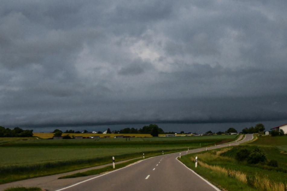 Über ganz Bayern scheint die Sonne. Dummerweise wird sie von dicken Regenwolken verdeckt.