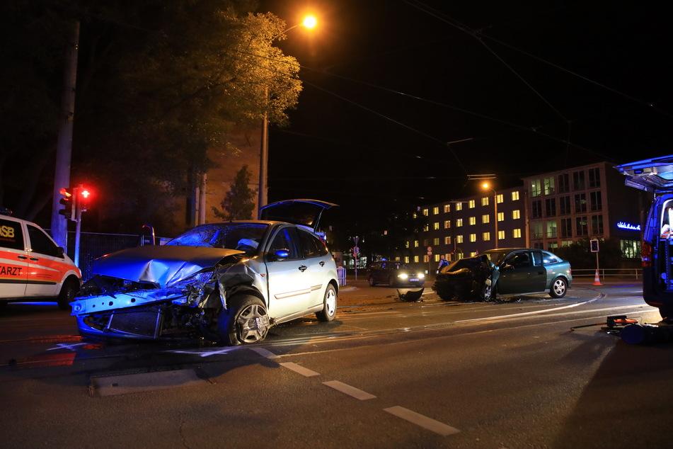 Der Fahrer eines beteiligten Opels wollte laut Polizei nach links in die Stötteritzer Straße abbiegen. Dabei soll er den entgegenkommenden Ford Focus übersehen haben.