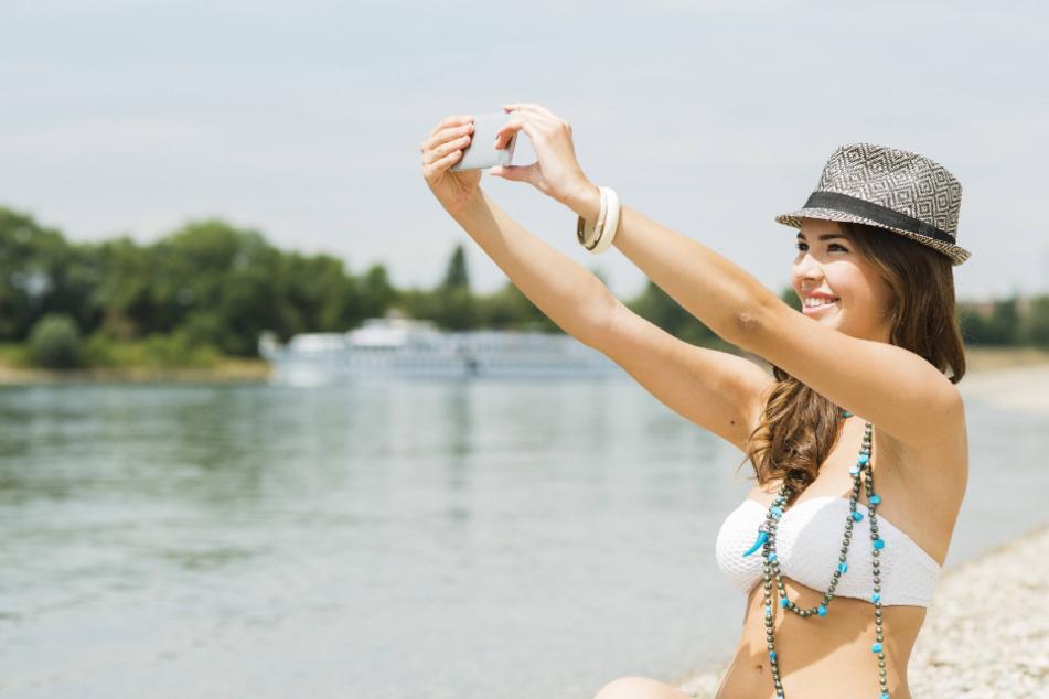 Auch wegen Selfies: Badegäste haben immer häufiger ihr Smartphone und nicht das Wasser im Blick.