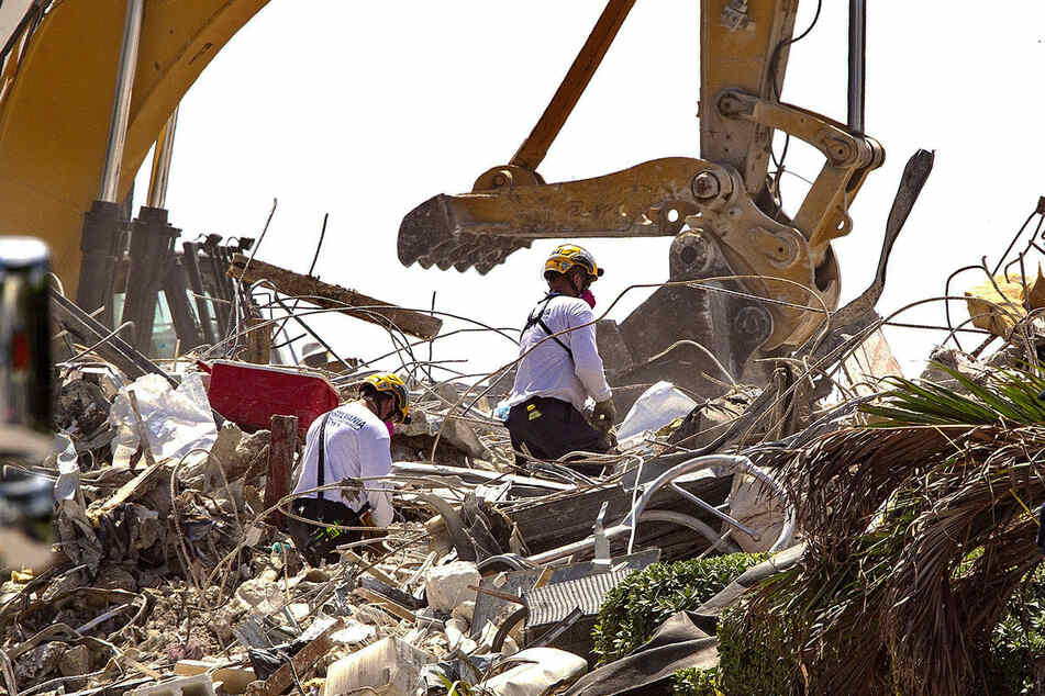 Rettungskräfte hielten am Donnerstag kurz inne, um den Opfern der Katastrophe zu gedenken.