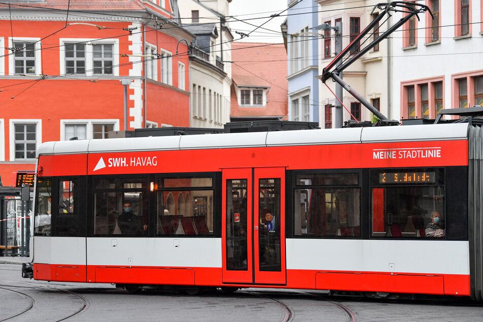 Auch in Halle (Saale) stiegen weniger Fahrgäste in Busse und Bahnen. Das Vorjahresniveau ist auch jetzt noch nicht wieder erreicht. (Archivbild)