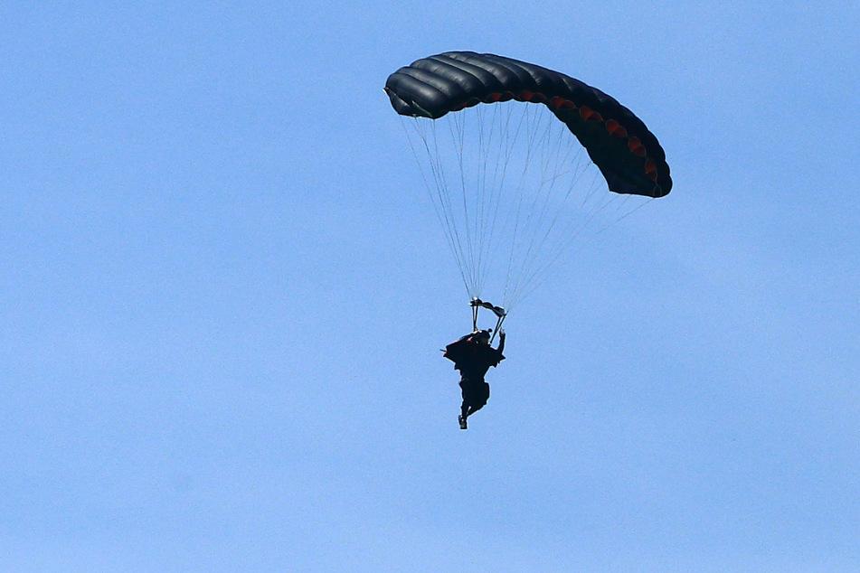 Bei der routinemäßigen Drehung vor der Landung beging der Fallschirmspringer einen tödlichen Fehler. (Symbolbild)