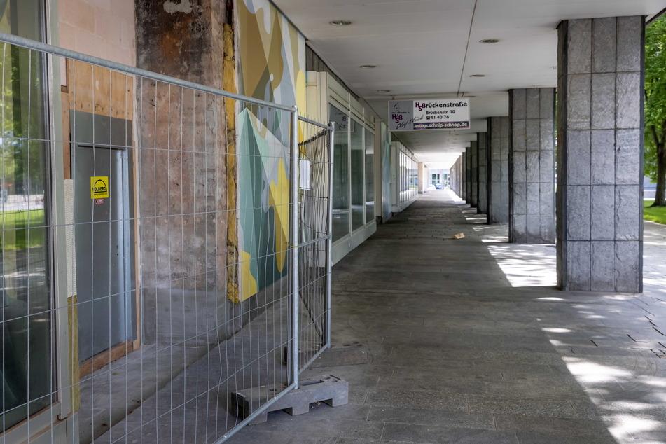 """In der """"Parteisäge"""" steht die untere Ladenzeile leer – kein schöner Anblick, finden Faßmann und Füsslein."""