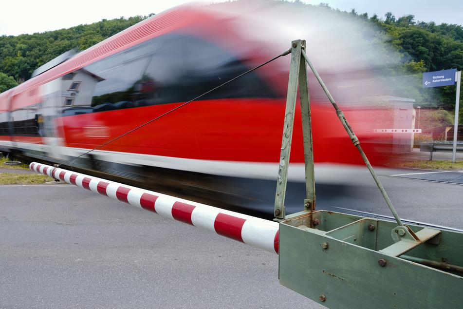 Todes-Drama an Bahnübergang: Teenager (†17) von Zug erfasst