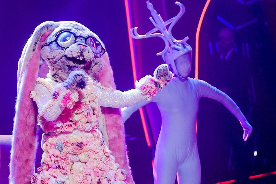"""Die Figur «Der Hase» steht in der Prosieben-Show """"The Masked Singer"""" auf der Bühne."""