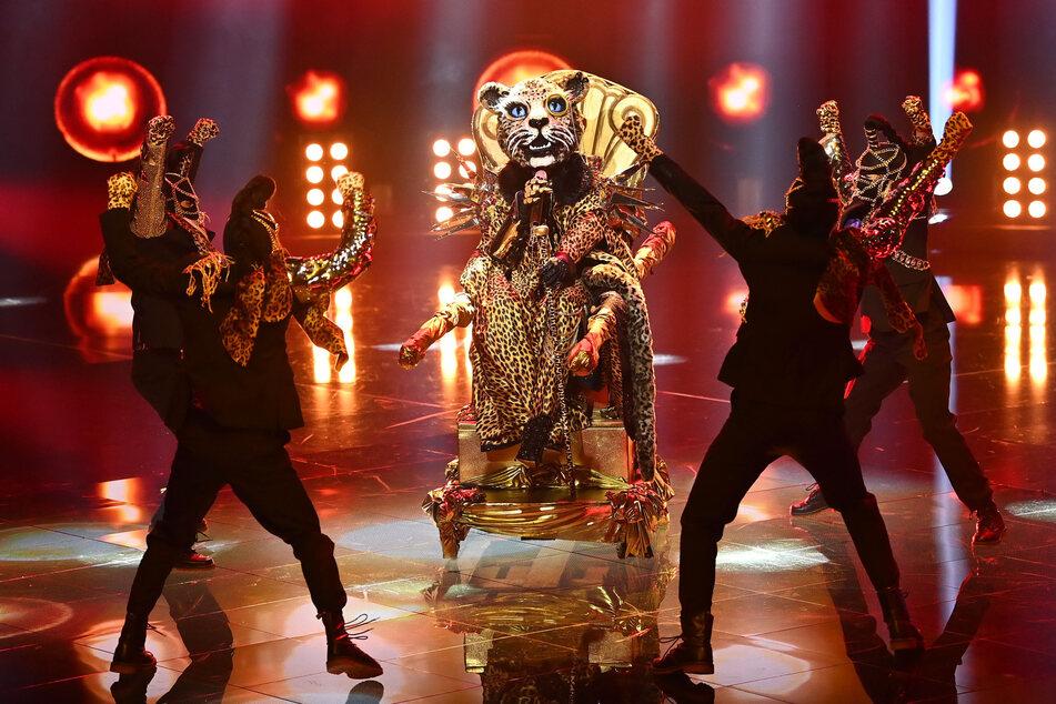 """Die wahre Identität des Leoparden sorgte unter den Zuschauern für hitzige Diskussionen. Beim Finale von """"The Masked Singer"""" wird der Promi unter dem Kostüm enttarnt werden, doch wird er auch gewinnen?"""