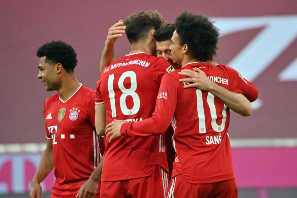 Robert Lewandowski (2.v.r.) jubelt über seinen 39. Bundesligasaison-Treffer zum 5:0 mit Serge Gnabry (l.-r.), Leon Goretzka und Leroy Sané.