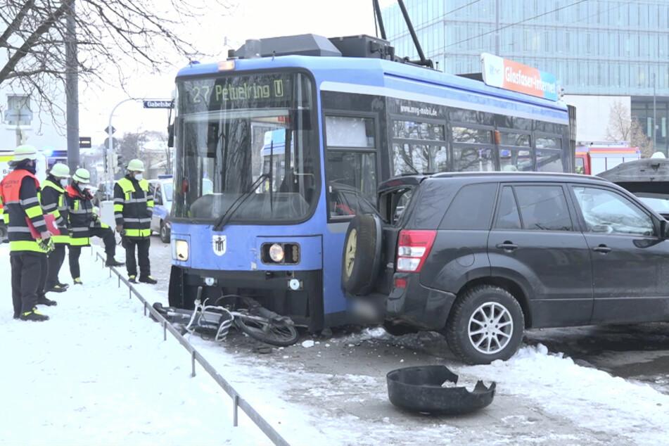 Schweres Tram-Unglück in München fordert vier Verletzte: Bahn entgleist nach Kollision mit Auto