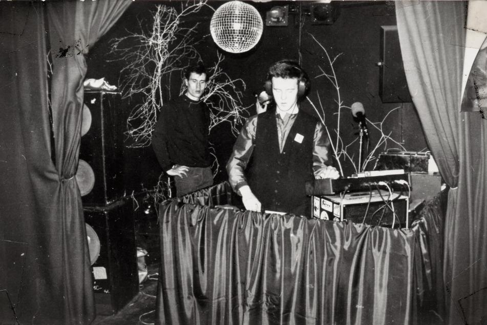 """""""DJ Emil"""" legte in einem der heißesten Jugendclubs von Karl-Marx-Stadt auf: dem """"Würfel"""" im Heckert, 1985."""
