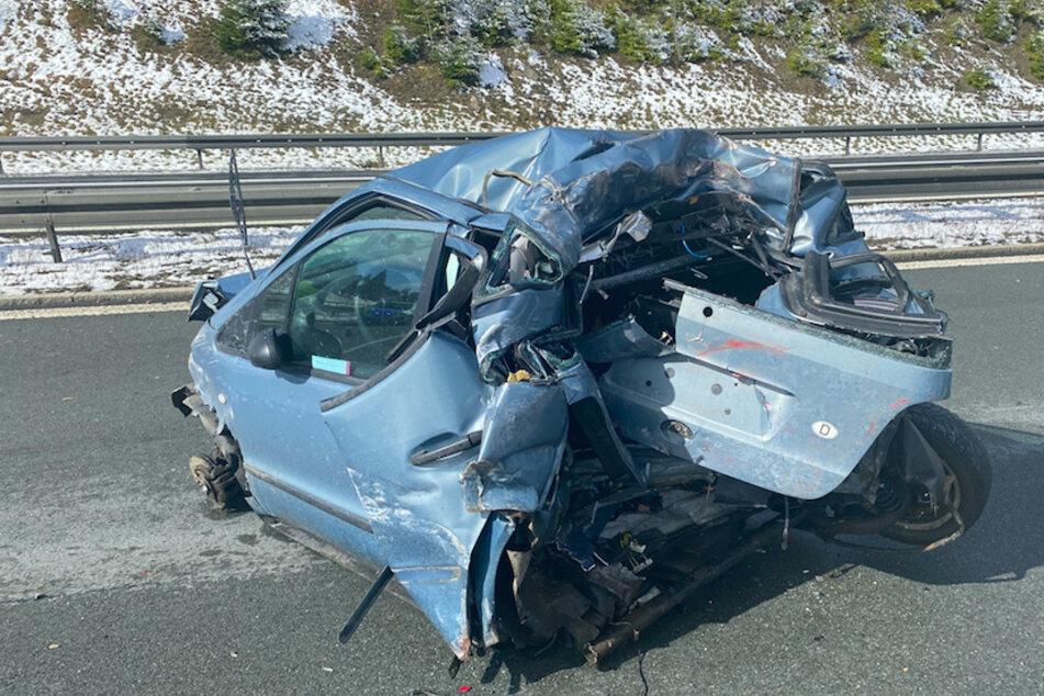 Unfall auf A93: Lastwagen kracht fast ungebremst in Pannenauto