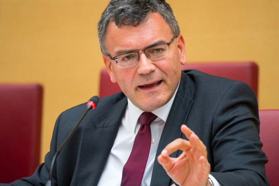 Florian Herrmann (48, CSU), Leiter der Staatskanzlei und Staatsminister für Bundes- und Europaangelegenheiten und Medien und Corona-Koordinator, im Sitzungssaal des bayerischen Landtags.