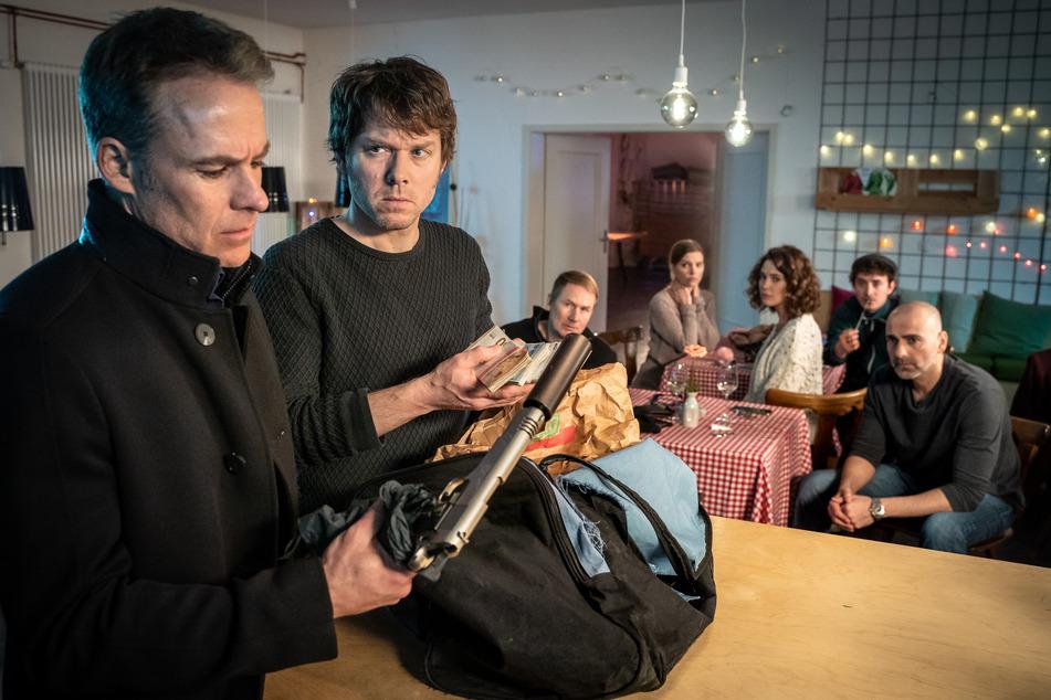 Undercover ermitteln Jan (l.) und Kripo-Kollege Tom nach dem Mord in der Pizzeria und finden eine Tasche voller Geld und der möglichen Tatwaffe.