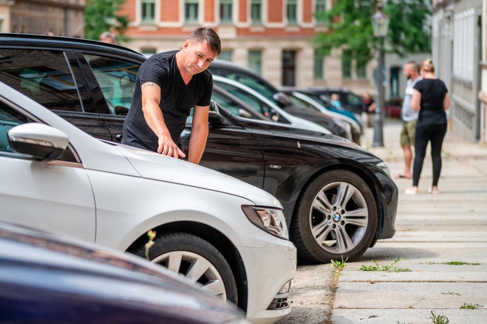 15 Autos an einem Wochenende zerkratzt: Viorel Tease (43) schaut auf die beschädigte Motorhaube seines VW.