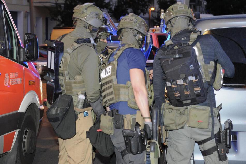 Auch das SEK wurde angefordert. Die schwer bewaffneten Polizisten konnten den mutmaßlichen Angreifer stellen.