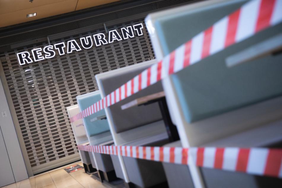 Ein Restaurant in der Europa Passage Hamburg ist am frühen Morgen noch geschlossen, die Sitzgelegenheiten davor sind mit Flatterband abgesperrt. Zahlreiche Einzelhandelsgeschäfte bis 800 Quadratmeter dürfen seit heute wieder öffnen.