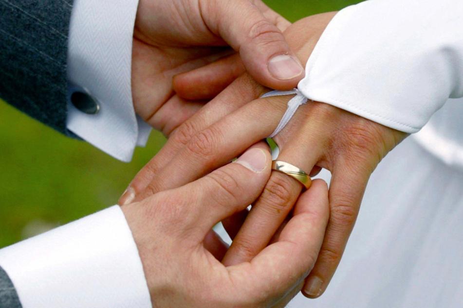 """Wollte """"vor der Hochzeit in die Waschstraße"""": Polizei erwischt Bräutigam 101 Km/h zu schnell!"""