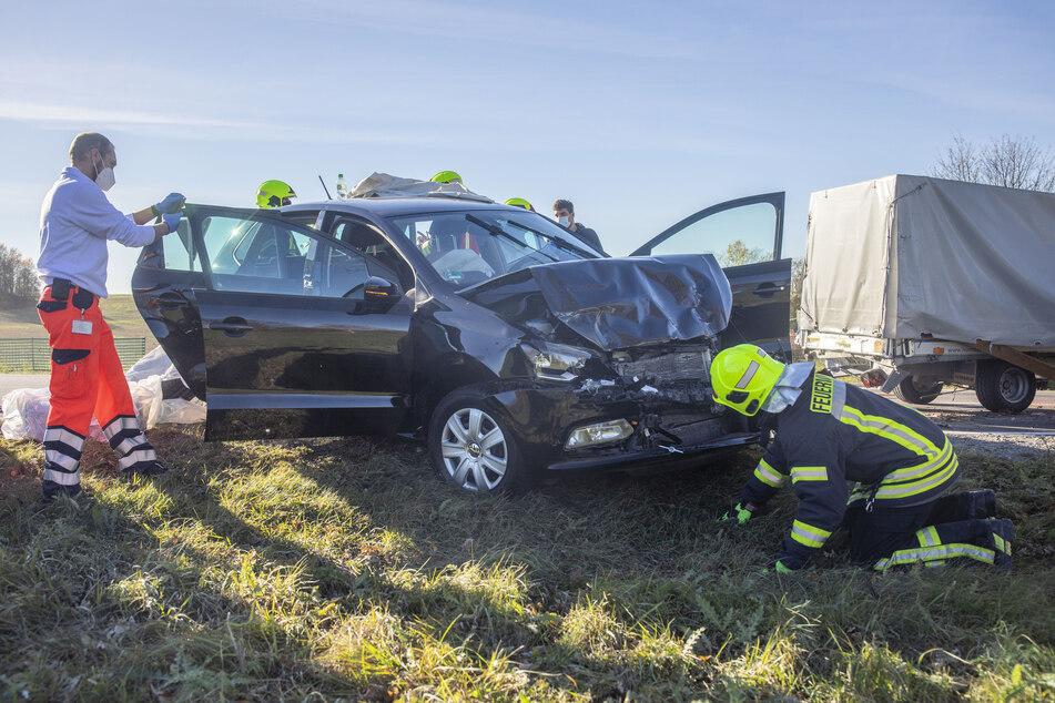 Der VW hatte nach dem Unfall Totalschaden. Zwei Insassen mussten schwer verletzt ins Krankenhaus.