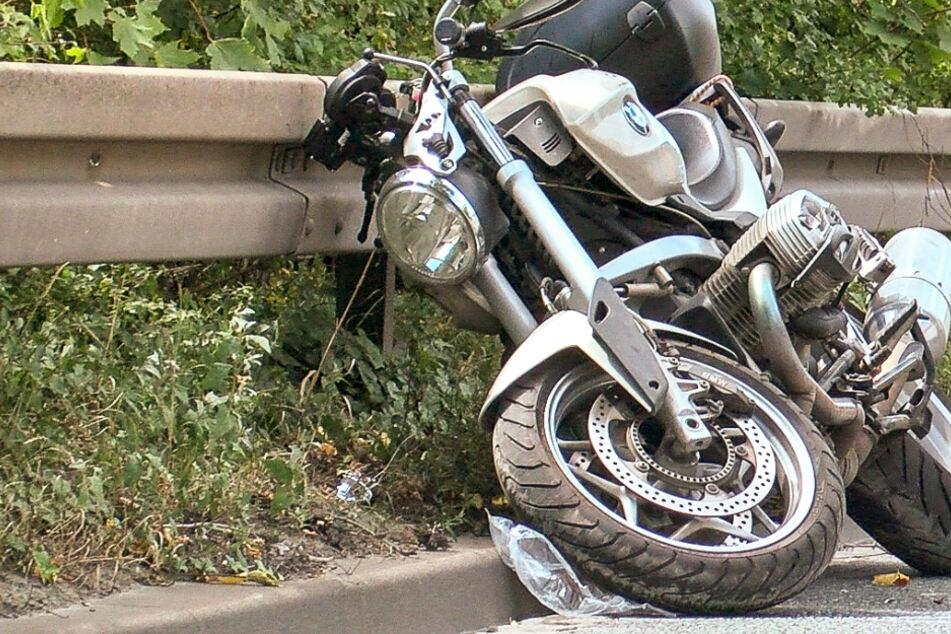 Sattelzug rammt Motorrad: 58-jähriger Biker stirbt auf der Straße