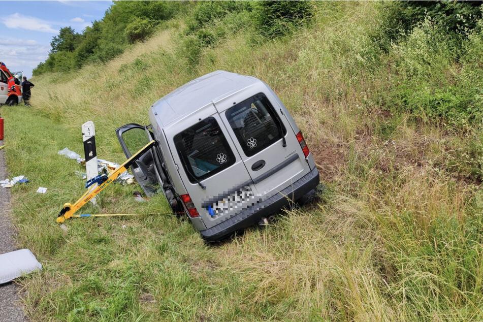 Das Auto überschlug sich aus bislang ungeklärter Ursache.
