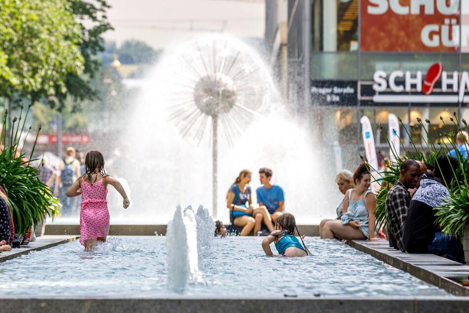 Ab ins kühle Nass - aber bitte nicht in Dresdens Brunnen wie hier auf der Prager Straße!