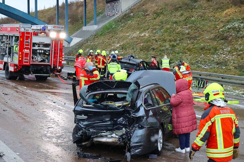 Feuerwehrleute arbeiten an einer Unfalstelle auf der Autobahn 8. Wegen Schneeregens hatte es in kurzer Zeit acht Unfälle hintereinander mit insgesamt 18 Verletzten gegeben.