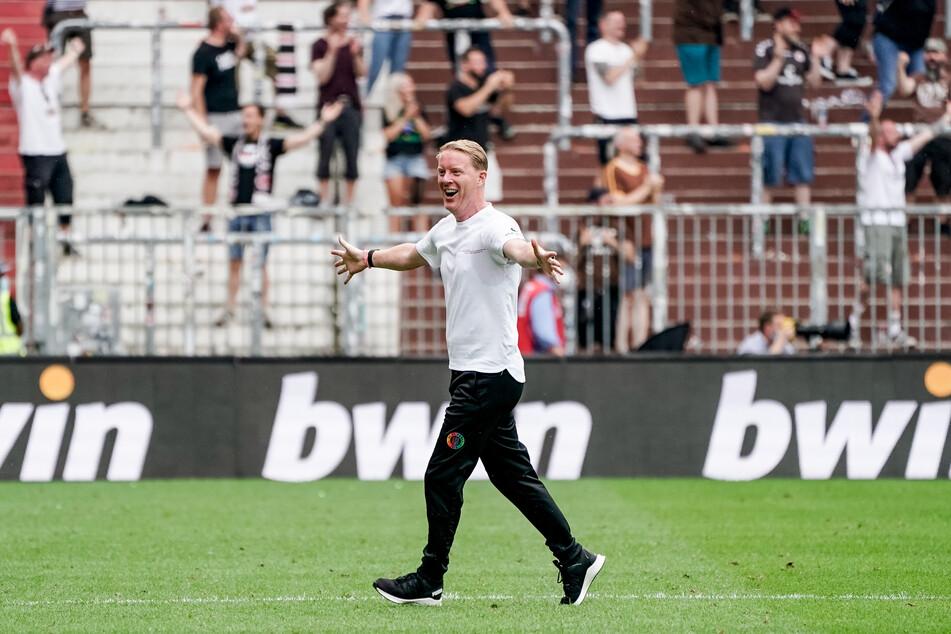 Der 43-Jährige hatte beim 3:0-Sieg gegen Holstein Kiel viel zu jubeln. Die aktuelle Euphorie um sein Team will er nicht bremsen.