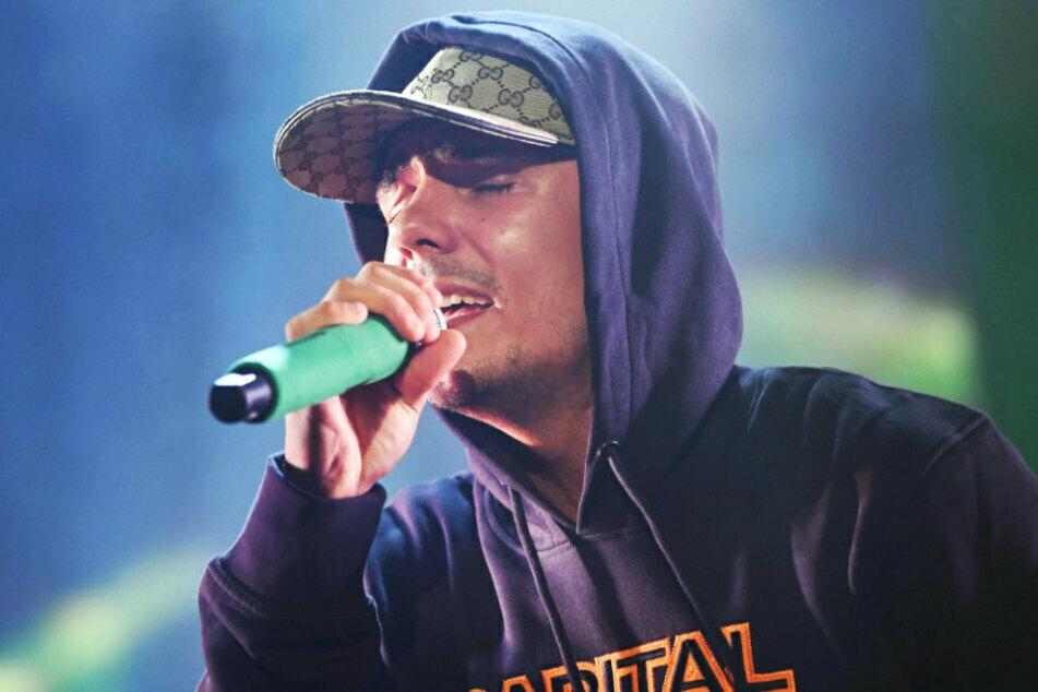 Der Rapper Capital Bra (25) auf der Bühne bei einem Auftritt in Mannheim.