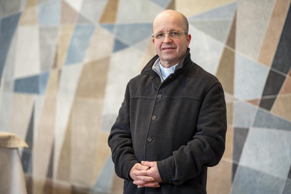 Pater Michael Kuhn (52) leitet die Oster-Gottesdienste der St. Franziskus-Gemeinde.