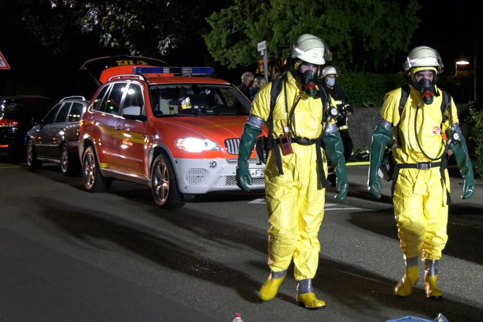 Die Feuerwehr drang schließlich unter Atemschutz in die Wohnung ein, um diese zu lüften und das kontaminierte Wasser zu entsorgen.