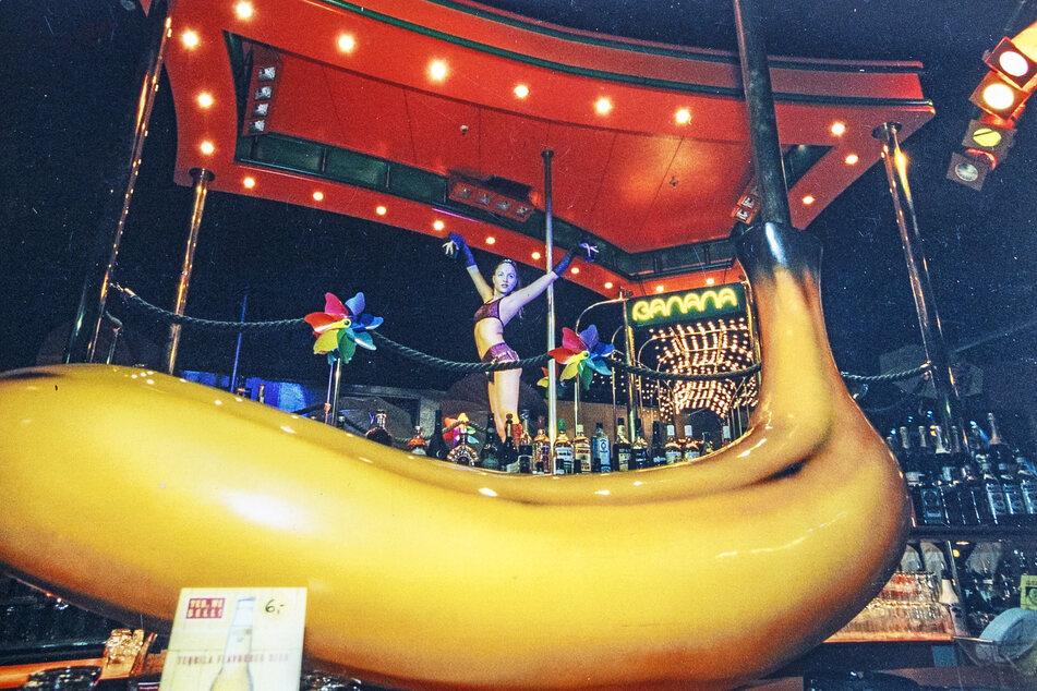Eine Riesenbanane schwebte in der Disko über dem Tresen. Wer an der Bar saß, hatte einen 1A-Blick zur Bühne.