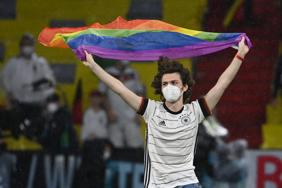 Während der Hymne: Mann stürmt mit Regenbogenfahne Spielfeld