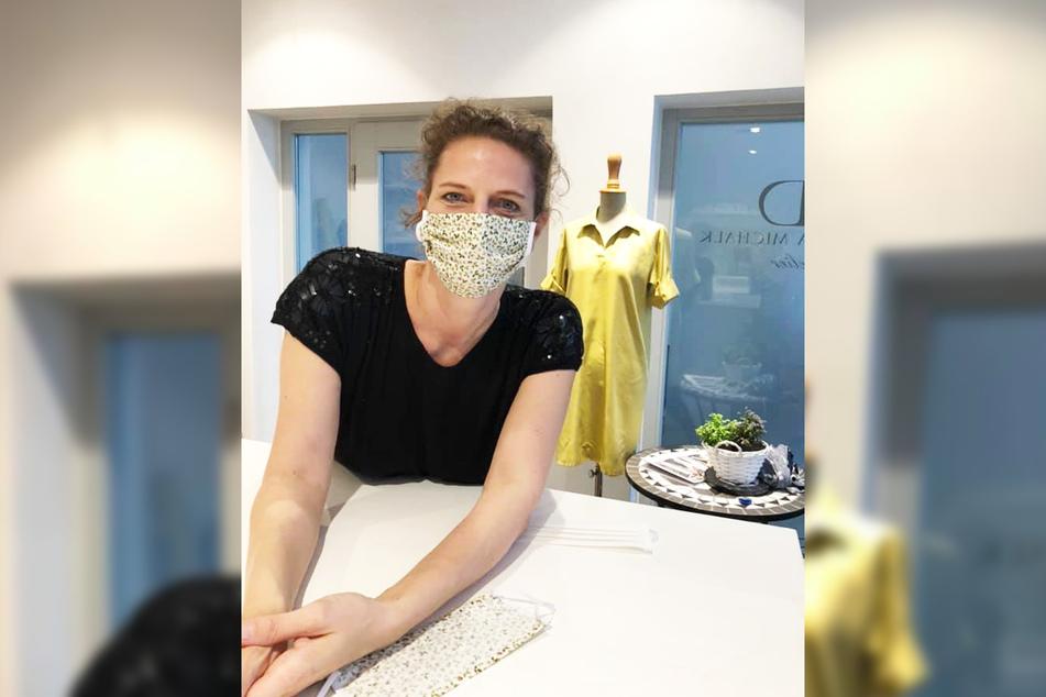 Designerin Dorothea Michalk zeigt, wie gut ihr selbst genähter Mundschutz passt