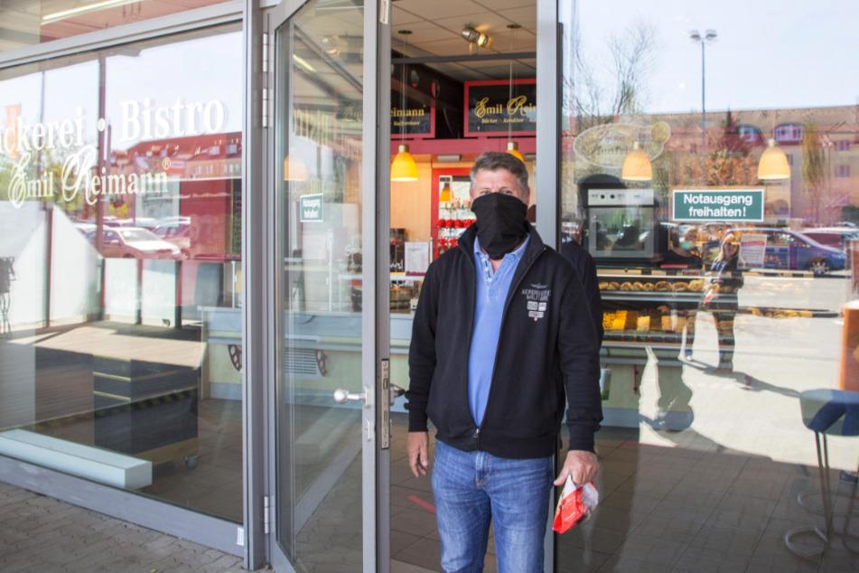 Auch das geht: Silvio Schuppelius (49) aus Dresden nutzte seinen Schal als Mundschutz für den Einkauf beim Bäcker.