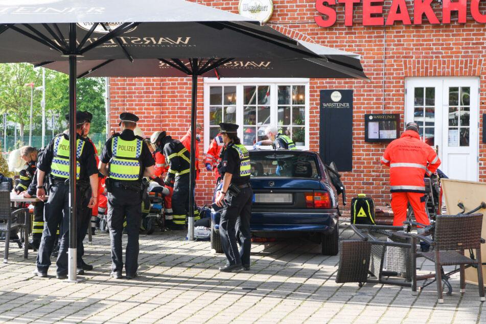 Auto rast in Sitzgruppe vor Restaurant: Gäste schwer verletzt