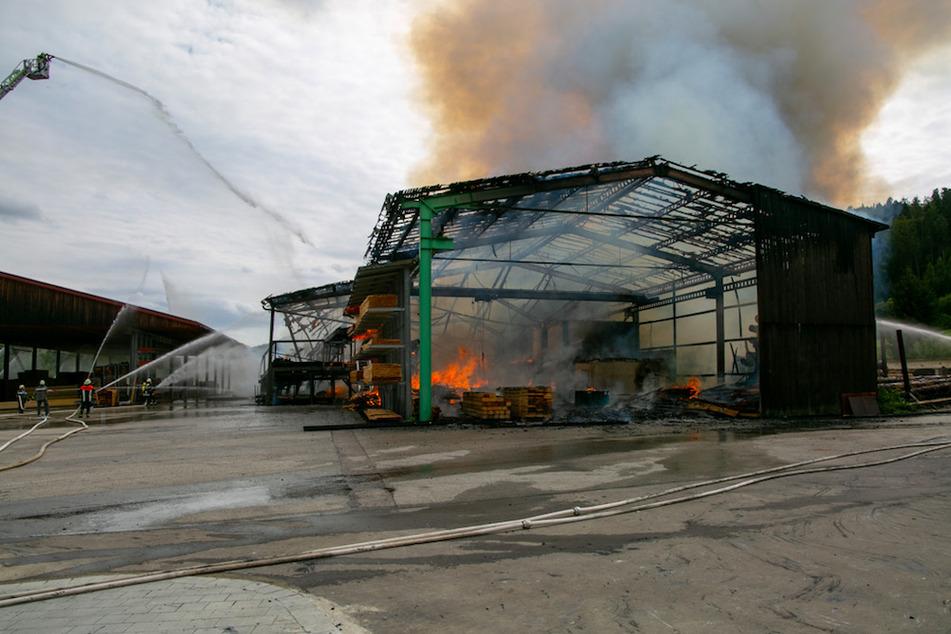 Das Sägewerk in der Oberpfalz brannte komplett aus.