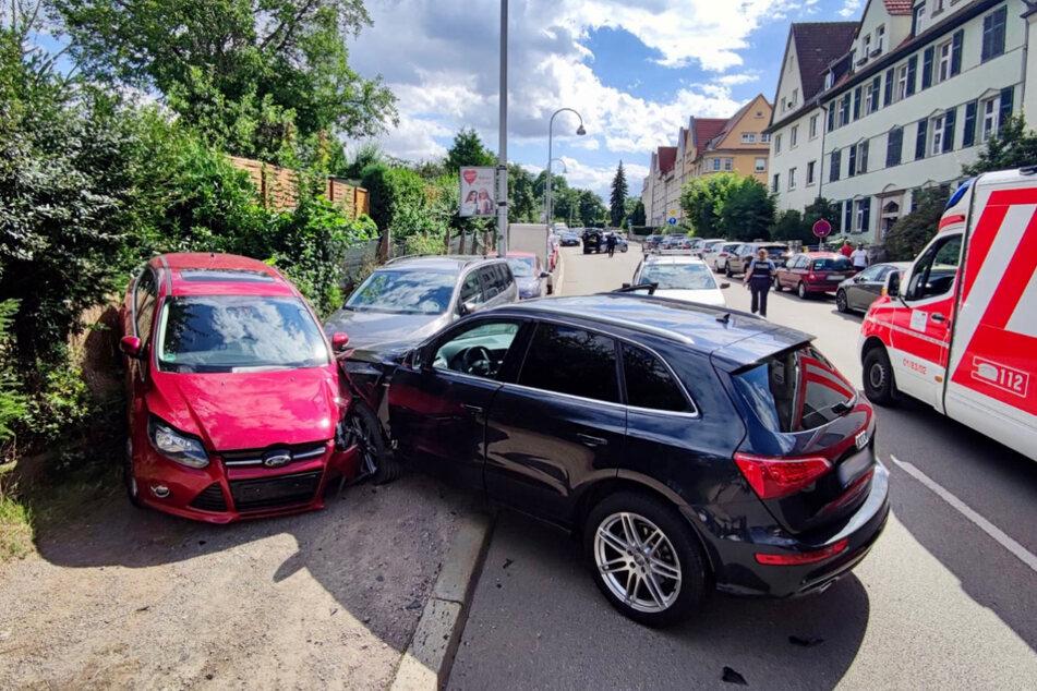 Der Audi erwischte zwei parkenden Autos und schob eines davon in den angrenzenden Gartenzaun.