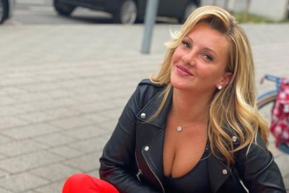 Evelyn Burdecki: Evelyn Burdecki antwortet Fan mit Oben-Ohne-Foto