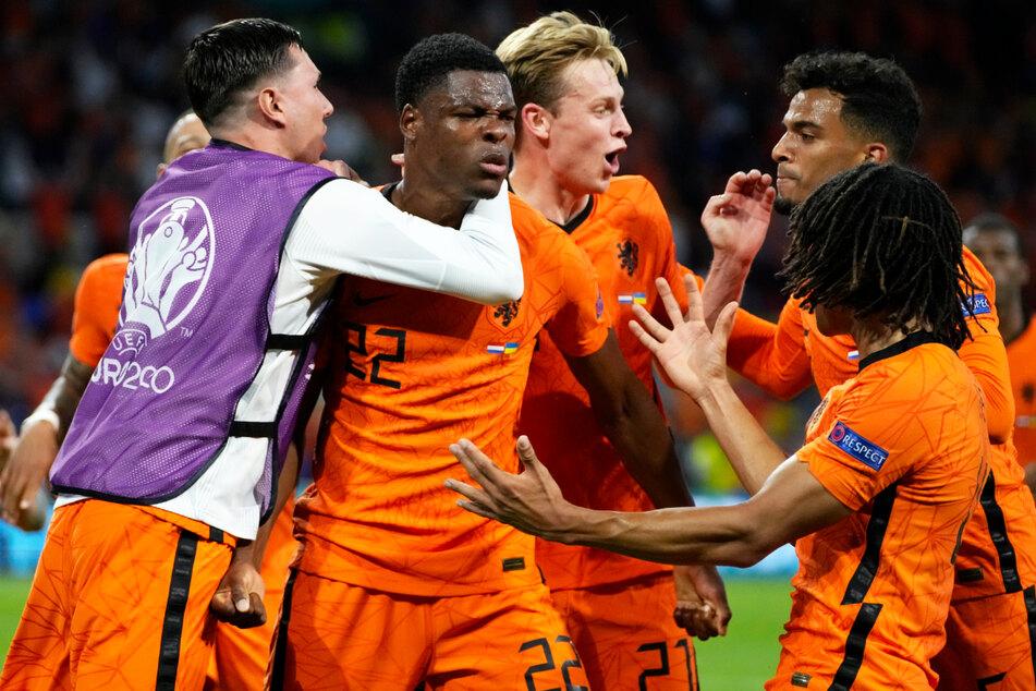 Oranje-Rechtsverteidiger Denzel Dumfries (3.v.l.) ließ gleich zwei Großchancen aus, doch der Kapitän der PSV Eindhoven, der dort unter anderem mit Mario Götze und Philipp Max zusammenspielt, erzielte dafür kurz vor Schluss das Siegtor und damit seinen ersten Länderspieltreffer überhaupt!