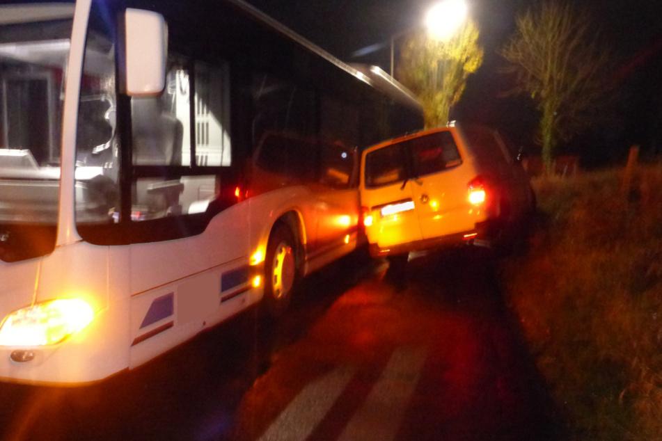 Überholmanöver über Böschung misslingt, Transporter kippt auf Bus