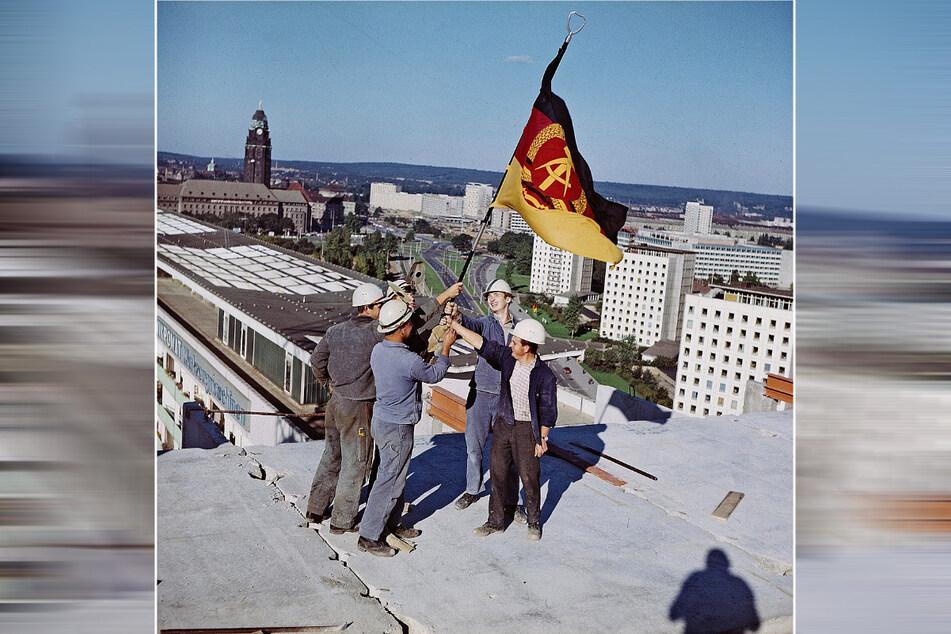 Kurz vor der Eröffnung vor 50 Jahren: Bauarbeiter hissen auf dem Dach des Interhotel Newa die Fahne der DDR.