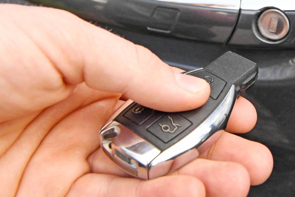 Kind spielt mit Autoschlüssel: Mutter schwer verletzt