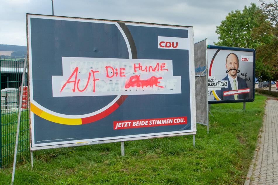 """Mit den Worten """"Auf die Hunde"""" wurde der eigentliche Slogan der CDU übersprüht: """"Weils drauf ankommt, CDU!"""""""